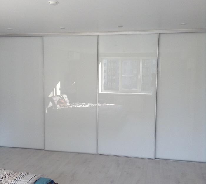 Белые шкафы-купе-Шкаф-купе из стекла Лакобель «Модель 156»-фото1